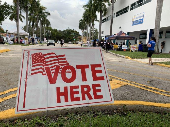 Florida je jedním ze států, které volby vUSA rozhodnou. Demokraté zatím víc volí poštou, republikáni zase chodí častěji osobně. Na snímku téměř tříhodinová fronta před volební místností ve floridském Hollywoodu. Foto:Jana Ciglerová, DeníkN