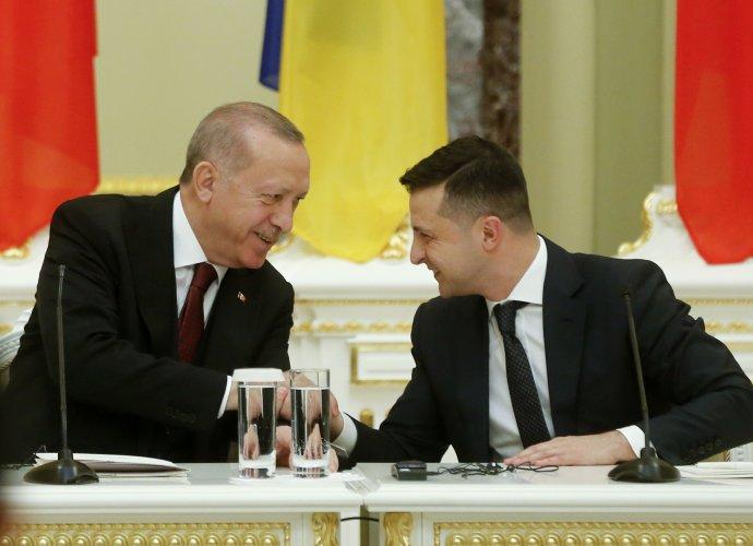 Turecký prezident Recep Erdogan (vlevo) ajeho ukrajinský protějšek Volodymyr Zelenskyj se letos vúnoru sešli vKyjevě. Azjevně si velmi rozuměli. Foto:ČTK/AP