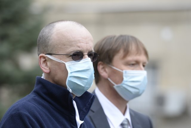 Vlevo Martin Balík, vedoucí lékař intenzivní péče Kliniky anesteziologie, resuscitace aintenzivní medicíny Všeobecné fakultní nemocnice. Foto:ČTK