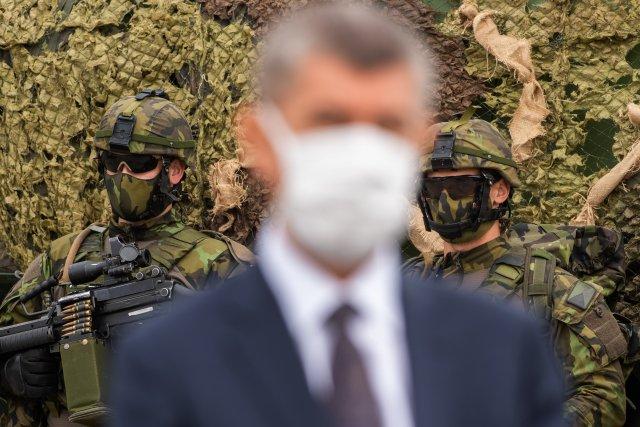 Při návštěvě mechanizovaného praporu v Táboře v květnu 2020 předseda vlády Babiš pronesl, že je ostuda, že armáda stále používá starou ruskou techniku a že Česko nesmí snížit rozpočet na obranu, aby mohlo nakoupit novou. Foto: Václav Pancer, ČTK