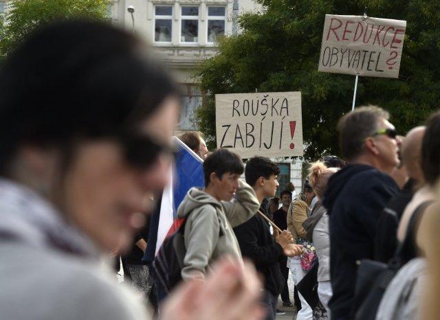Vněkolika městech se vuplynulých týdnech konaly demonstrace, jejichž hlavním motivem, byl odpor proti rouškám adalším karanténním opatřením. Fotografie je zOstravy, kde se odpůrci roušek sešli 31.srpna. Foto:ČTK