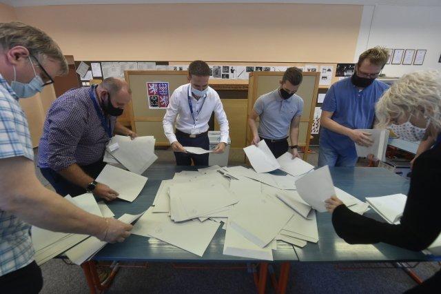 Sčítání hlasů vkrajských asenátních volbách. Bude je někdy vbudoucnu možné posílat dálkově? Foto:ČTK