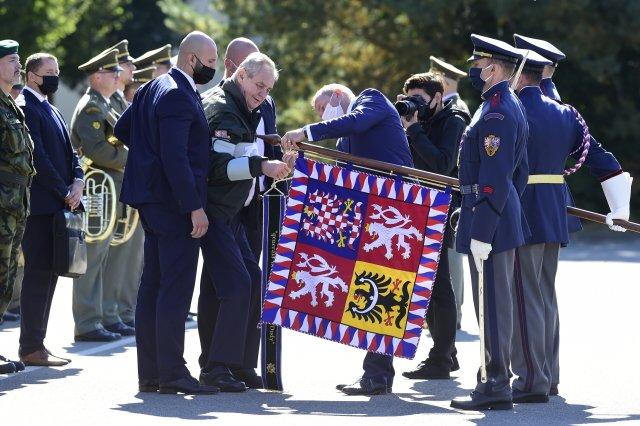Prezident republiky Miloš Zeman (uprostřed vlevo) se 6.října 2020 vkasárnách Prostějov zúčastnil slavnostního nástupu 53.pluku průzkumu aelektronického boje upříležitosti propůjčení bojového praporu ačestného názvu generálmajora Josefa Dudy 533.praporu bezpilotních systémů. Foto:ČTK