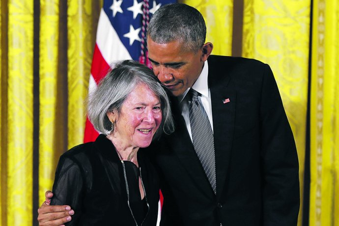 Prezident Barack Obama předává v roce 2016 Glückové státní medaili za její dílo. Foto: Carolyn Kaster, ČTK/AP