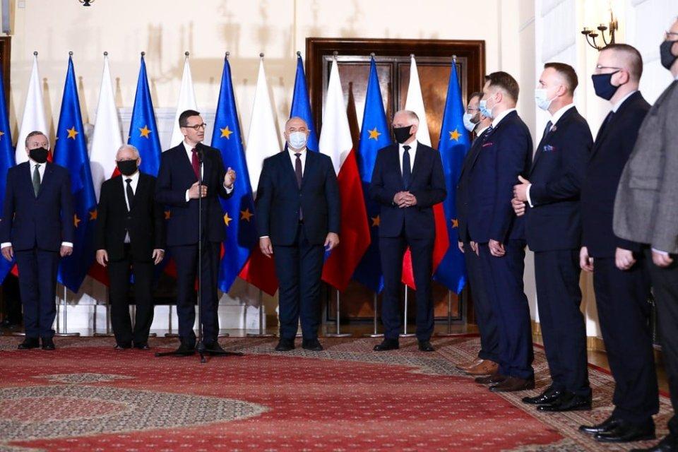 Polský premiér Morawiecki představuje členy rekonstruované vlády. Druhý zleva Jaroslaw Kaczynski, čtvrtý zprava kontroverzní ministr školství Przemyslaw Czarnek. Foto:úřad premiéra