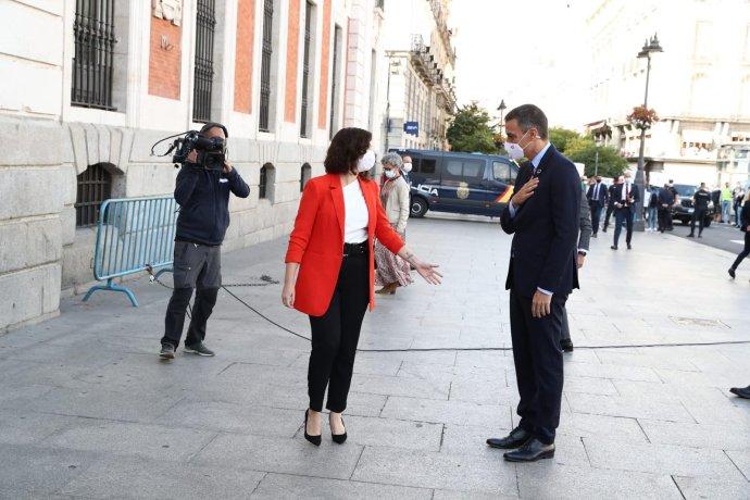 Španělský premiér Sánchez (vpravo) spředsedkyní Madridského společenství Isabel Ayusovou před jednáním okoronavirové situaci 21.září. Foto:facebookový účet španělské vlády, PalaciodelaMoncloa