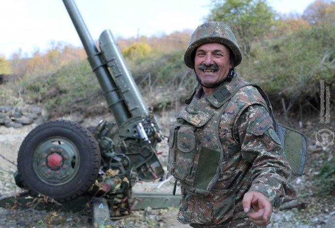 Všichni Arméni musejí do zbraně. I takovými fotografiemi láká arménské ministerstvo obrany občany do armády. Vojákům na frontě teď ale veselo určitě není. Foto: ministerstvo obrany Arménie