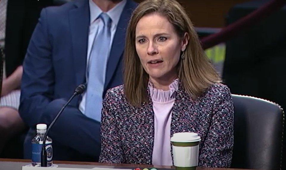 Amy Coney Barrettová hlasovala proti omezování počtu lidí na náboženských obřadech. Byla pátým hlasem v poměru 5:4 soudců, přičemž v předchozích případech v Kalifornii a Nevadě soud rozhodl opačně. Foto:US Senate