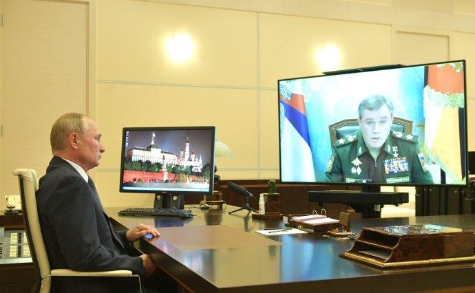 Prezident Putin řídí v posledních měsících zemi ze své rezidence v Novo-Ogarjovu. Po síti velí i ozbrojeným silám atomové velmoci. Foto: kremlin.ru