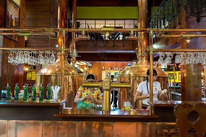 Restaurace Hoa Viên Brauhaus nabízí české pivo aBecherovku, které tu byli ochutnat Miloš Zeman, Václav Klaus nebo slovenský exprezident Ivan Gašparovič. Foto:Ondřej Slówik