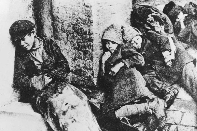 Stalinem řízený hladomor si na Ukrajině vyžádal miliony obětí. Na ulicích měst ina venkově umírali děti idospělí doslova před očima. Foto:Granger collection