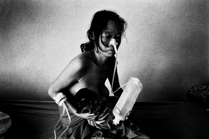 Zraněná barmská matka snovorozencem vpolní nemocnici na barmsko-thajské hranici. 2002. Foto:Martin Bandžák