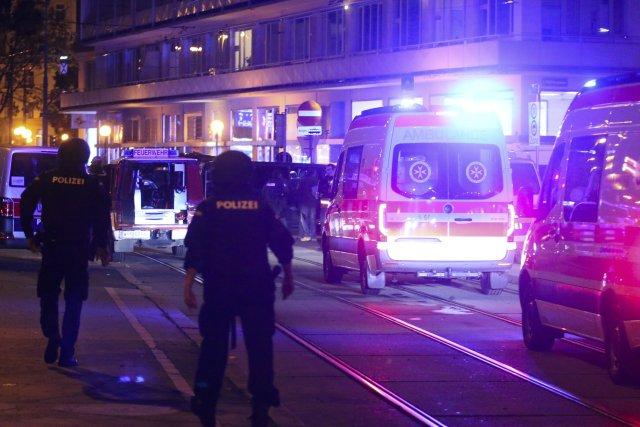 Policisté azáchranáři zasahují při útoku ve Vídni. Foto:ČTK