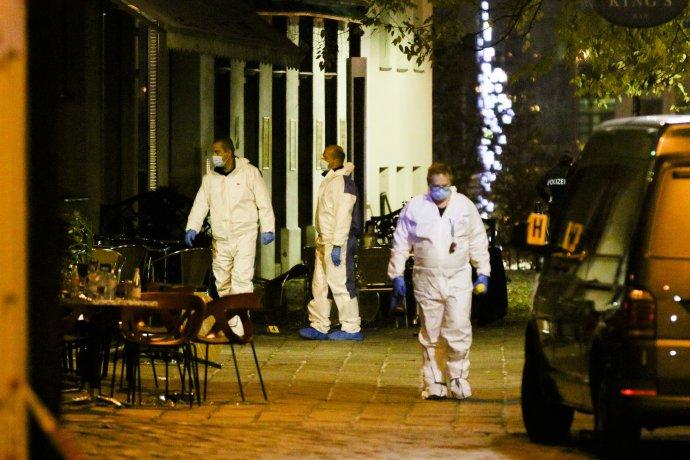 Vyšetřovatelé na jednom zmíst činu po teroristickém útoku ve Vídni. Foto:ČTK / AP