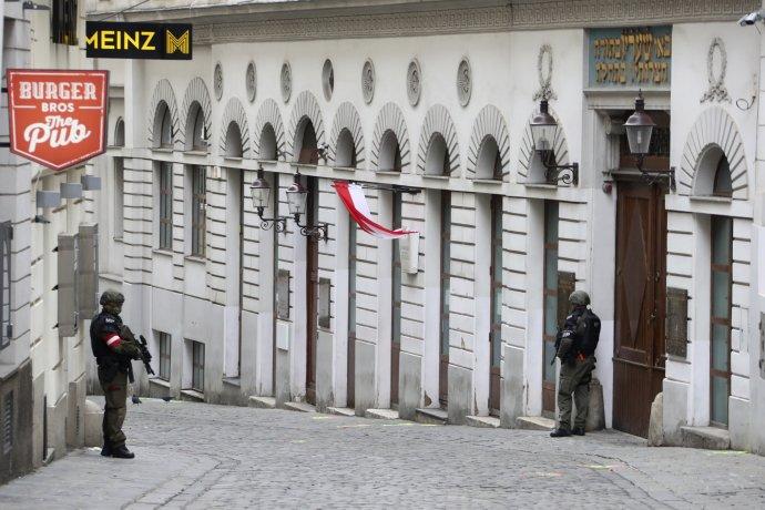 Den po útoku: policisté s automaty i v úterý střežili rakouskou metropoli. Foto: ČTK