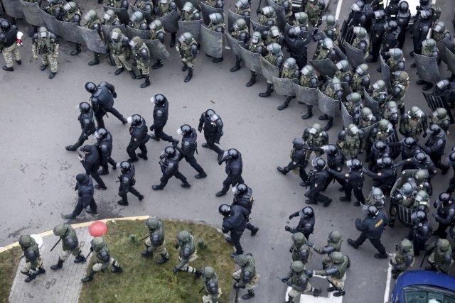 Policie zasahuje v centru Minsku (15. listopadu 2020). Foto: ČTK/AP