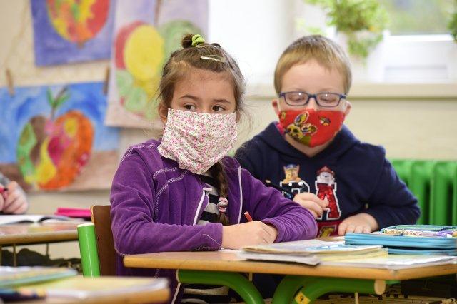 Návrat dětí do škol se neobejde bez zakrytí úst a nosu. Foto: ČTK