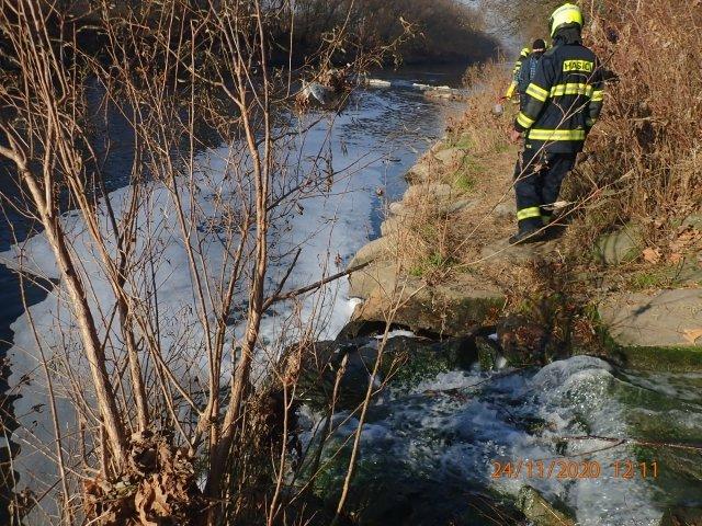 Hasiči zasahují u úniku chemikálie do Bečvy. Foto: ČTK