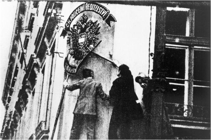 Vroce 1918Češi nadšeně bourali nenáviděné Rakousko-Uhersko, aniž by si mohli představit, oco vlastně přicházejí. Foto:archiv Miloše Vaněčka
