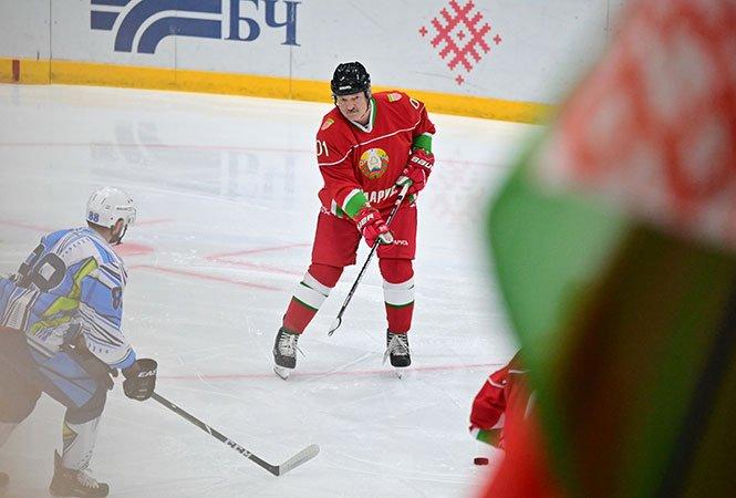 Běloruský prezident Lukašenko hokej miluje. A hraje. Naposledy 31. října v Minsku. Jarního mistrovství světa by se sice jako hráč nejspíš neúčastnil, jako hlavní pořadatel by ale dosáhl velkého politického vítězství. Foto: president.gov.by