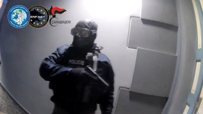 Policie při zatýkání italského podnikatele v Praze. Foto: repro YouTube/Policie