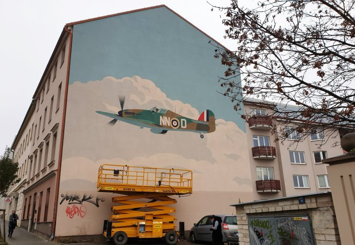 Nazvětšovaná malba Jana Šrámka zobrazuje brněnského rodáka Jana Chalupu vjeho letounu, snímž zahynul při cvičném letu. Foto:Martin Reiner