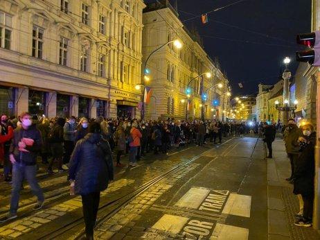 Lidé před budovou Národního divadla. Foto:Jakub Zelenka, DeníkN