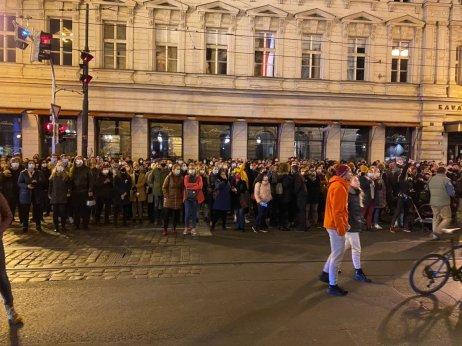 Lidé čekají před Národním divadlem na Modlitbu pro Martu. Foto:Jakub Zelenka, DeníkN