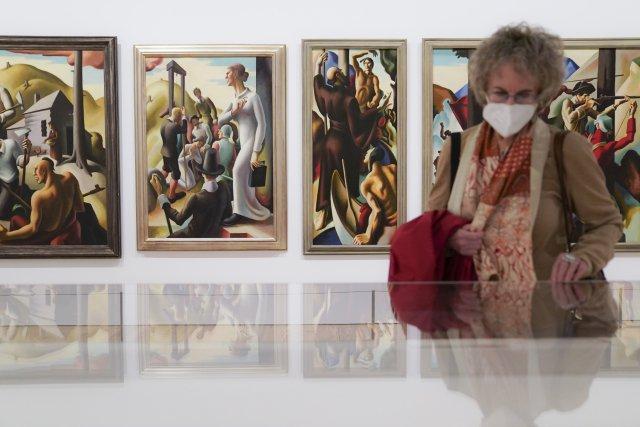 Vroušce, pod dozorem kustodů aněkde ivrukavicích vstoupili po více než padesáti dnech návštěvníci do muzeí agalerií. Foto:ČTK