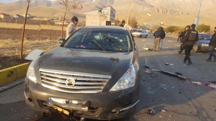 Poškozené auto, vněmž byl uTeheránu zabit prominentní íránský jaderný vědec Mohsen Fachrízádeh. Foto:WANA via Reuters