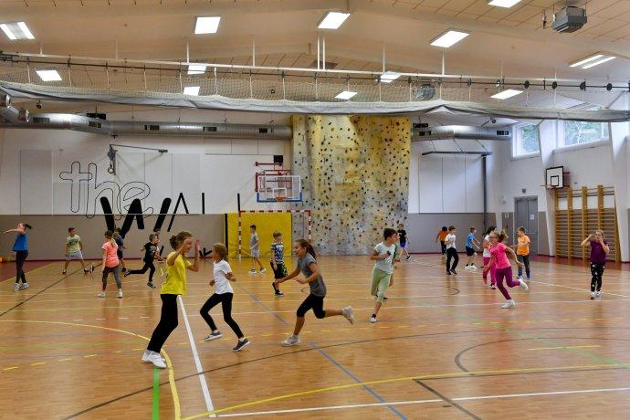 Sportovní hala základní školy Juventa v Milovicích na Nymbursku (na snímku z 16. září 2019). Foto: ČTK