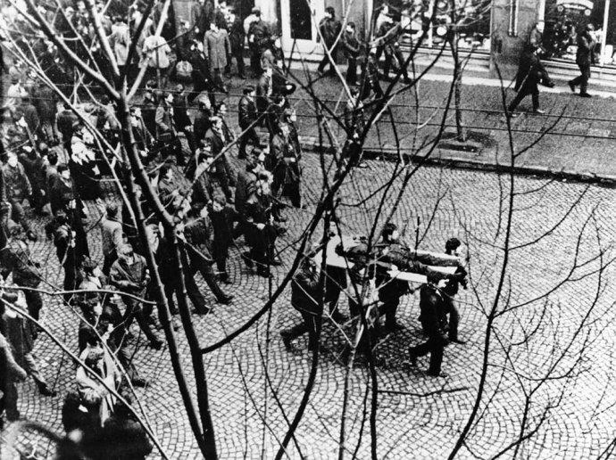 Demonstranti nesou gdyňskými ulicemi tělo zabitého dělníka Zbyszka Godlewského Foto: Wikimedia Commons, Edmund Pelpliński