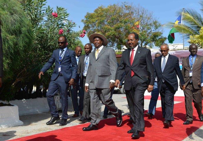Ugandský vládce Yoweri Museveni (vklobouku) se somálským prezidentem Hassanem Mohamudem před summitem Mezivládního úřadu pro rozvoj (IGAD) vMogadišu vzáří 2016. Foto:Omar Abdisalan, AMISOM