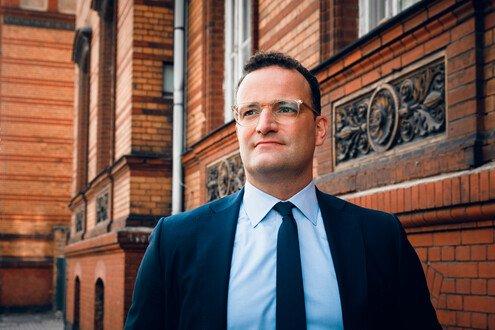 """""""Nikdo by neměl vyžadovat výsadní práva, dokud nebudou mít všichni možnost nechat se naočkovat,"""" říká spolkový ministr zdravotnictví Jens Spahn. Foto:BMG"""