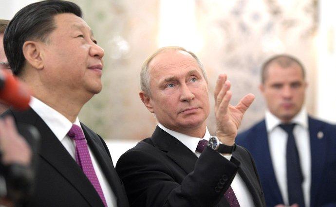 Putinovi se sice nelíbí, že je vůči Pekingu vpozici slabšího žáčka, jenže obě mocnosti spolu uzavřely strategické partnerství apostupují na mnoha frontách shodně. Foto: Kremlin.ru CC BY 4.0