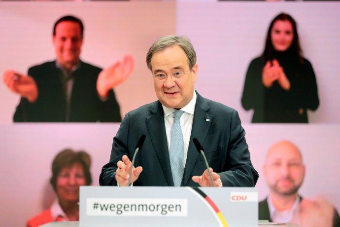 Nový předseda CDU Armin Laschet reaguje na své zvolení, na obrazovce za ním mu tleskají delegáti online sjezdu strany. Foto:Hannibal Hanschke, Reuters