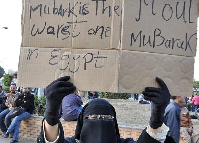 Egypťanka na káhirském Tahríru vlednu 2011snápisy Mubárak je vEgyptě nejhorší aOdejdi, Mubaraku. Foto:Floris Van Cauwelaert, Wikimedia Commons, CC BY-SA 2.0
