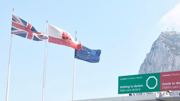 Britská vlajka vedle evropské často vidět není. Na Gibraltaru ale vedle sebe společně stou místní do brexitu vlály. Na tomto britském území na jih od Španělska vreferendu obrexitu hlasovali pro setrvání vEU skoro všichni zde žijící voliči (britští občané)– 96%. Foto:Jan Kudláček, DeníkN
