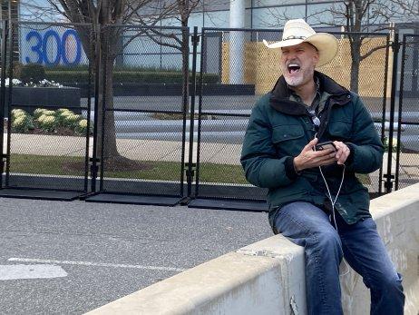 """William Wieting je další zTrumpových voličů, který před Kapitol přišel diskutovat. Je mnohem smířlivější než Vincent. """"Nejdůležitější je svoboda projevu, přátelé! Musíme se domluvit,"""" říká se smíchem. Foto:Jana Ciglerová, DeníkN"""