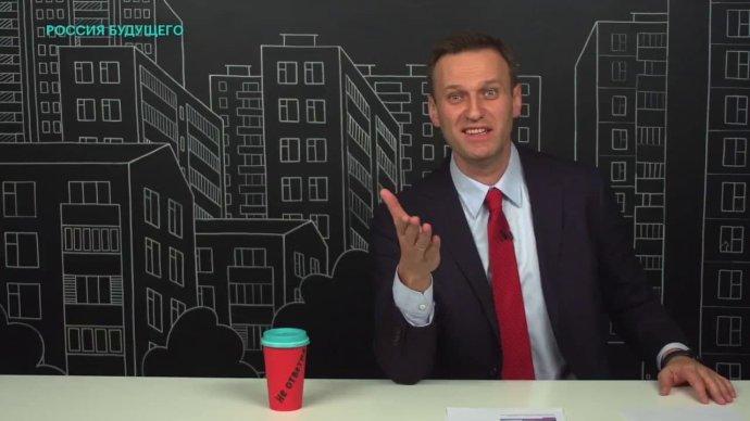 Nejznámější Putinův ruský oponent, politik Alexej Navalnyj, se bez novinářů dokáže obejít: vystupuje vnovinářské investigativní roli často sám, jako je tomu například vtomto jeho videu. Může tak hrát pro své publikum podle vlastních pravidel. Foto:Reprofoto Navalného kanál na YouTube
