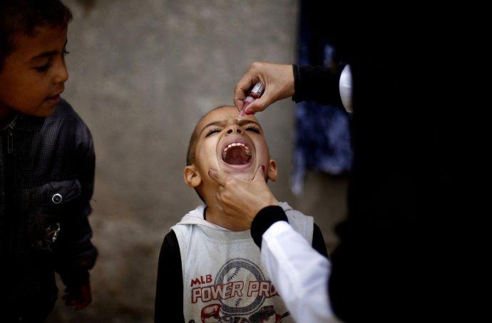 Tekutá vakcína je oproti injekcím jednodušší na aplikaci, takže není potřeba trénovat personál, a navíc nebolí. Foto: ČTK