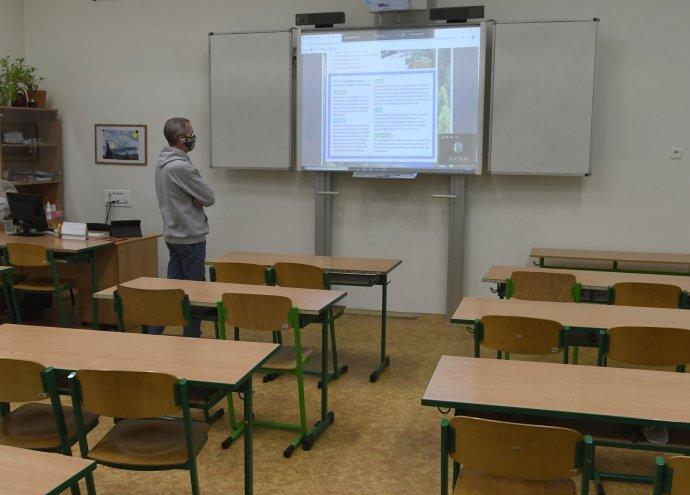 Učebny zejí prázdnotou, výuka probíhá na dálku. Na vzdělání některých populačních ročníků se to nemůže neprojevit. Ilustrační foto: ČTK