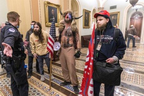 Jacob Chansley (srohy uprostřed) se stal tváří útoku na Kapitol kvůli svému extravagantnímu vzhledu. Foto:ČTK/AP