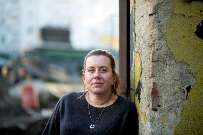 """Silvie Elsnerová, vedoucí jihomoravského týmu IQ Roma Servis aterénní pracovnice, která často pracuje schudými Romy, je přesvědčená, že česká společnost je rasistická. """"Kdybychom nebyli rasisti, museli bychom si přiznat, že chudoba je kulturní záležitost, ne etnická. Že vní ty lidi držíme, akdyž to nebudou Romové, bude to někdo jiný,"""" myslí si. Foto:Jiří Salik Sláma"""