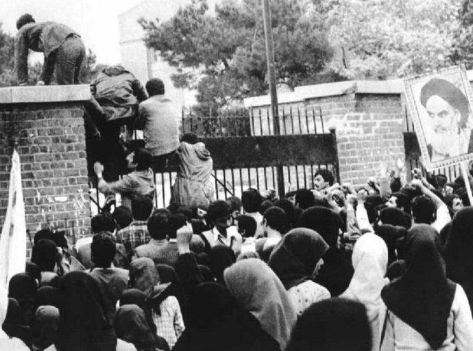 Útok na americkou ambasádu víránském Teheránu 4.listopadu 1979. Foto:autor neznámý, public domain