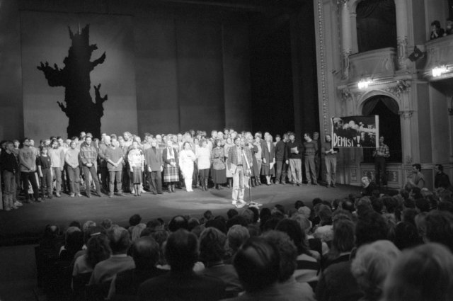 Divadlo na Vinohradech stávkuje vlistopadu 1989. Namísto toho debatují sdiváky. Foto:Zuzana Humpalová, ČTK
