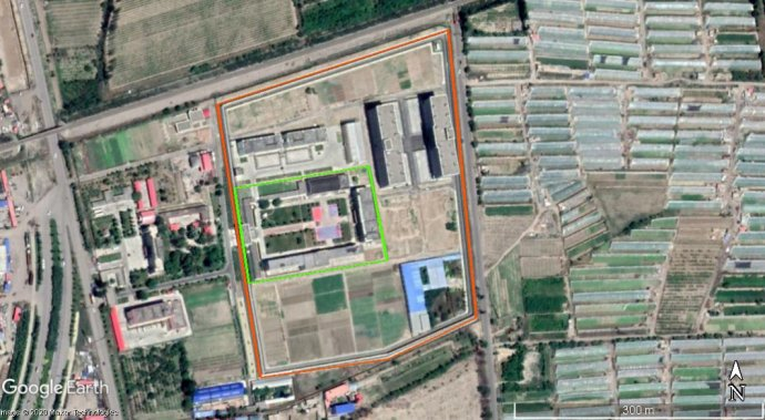 Nová věznice Qarabura na severu města Ghuldža. Zeleně vyznačený je původní areál zařízení (kroku 2015), když ještě bylo léčebnou pro narkomany; oranžová vyznačuje nynější vězeňský areál, zvětšiny rozšířený vletech 2017–2019. Foto:květen 2020, Google Earth