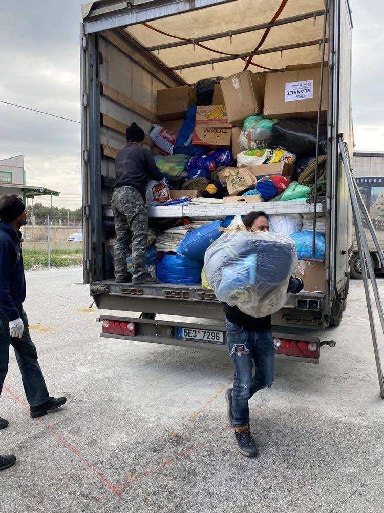 Především stany, plachty, teplé deky a gumáky, které přivezl český kamión na ostrov Lesbos, budou ihned rozdány uprchlíkům v táboře Moria. Zdroj: Stavros Mirogiannis