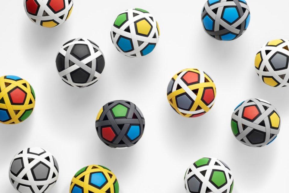 Skládající fotbalový míč od japonských designérů ze studia Nendo pro chudé děti. Foto:Nendo