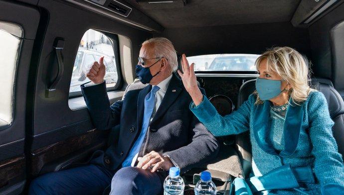 Jill Bidenová aJoe Biden vprezidentském voze. Doprava je vUSA hlavním zdrojem skleníkových plynů. Biden chce, aby Američané přešli na elektrická auta. Foto:Adam Schultz, Bílý dům